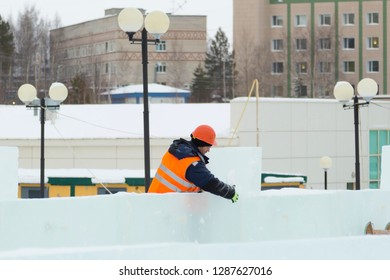 Sling fitter in a jacket and helmet on the installation of ice plates