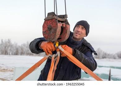 The slinger hooks the rope slings onto the hook of the truck crane