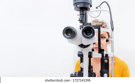 Lichtlampenuntersuchung der Augen in einer Augenklinik, negatives Weißraumfoto