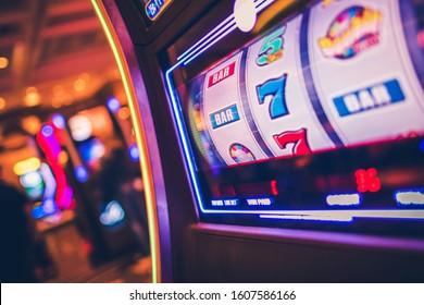 Spielautomat 1 Handheld-Bandit-Spiel. Rolltrommeln. Casinos und Glücksspielindustrie.