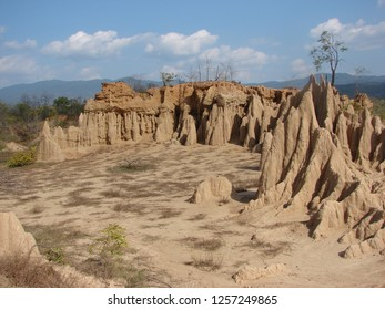 The sludge is characterized by a steep cliff as a cone-shaped crater with crests emerging from the ground on the open air. Caused by decay and corrosion by rainwater.