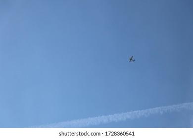 Kleines Flugzeug und Kontraste auf klarem blauen Himmel als Hintergrund mit Kopierraum