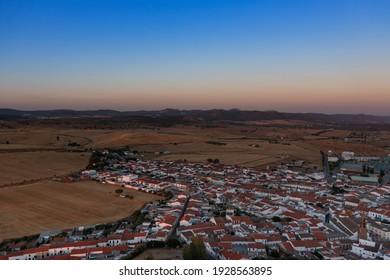 Pequeño pueblo andaluz en el sur de España fotografiado desde lo alto de una montaña