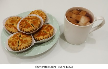 Small apple pie with ginger drinks