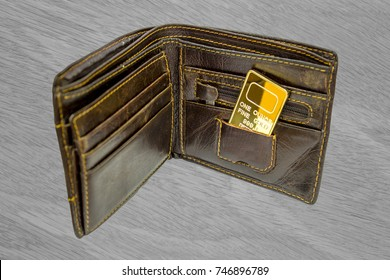 A small bar of gold in the wallet. One ounce of gold. To buy for gold.