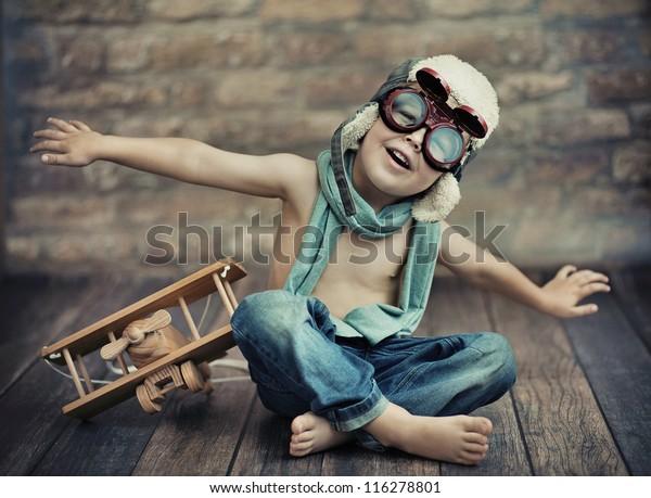 Ein kleiner Junge spielt