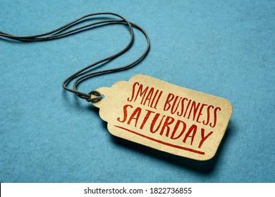 Signe du samedi pour la petite entreprise - une étiquette de prix sur papier avec ficelle sur fond papier bleu, concept d'achats de vacances locales