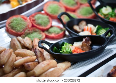 SMall casseroles of vegetables and fried potatoes, ready to be eaten