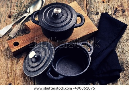 Smalle Kast Wit.Small Cast Iron Pan Cutting Board Stock Photo Edit Now 490861075