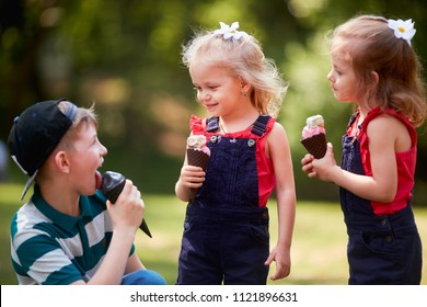 The small children eating ice creams