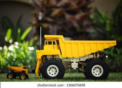 Small Dump Truck vs Big Dump Truck, Model / Radio Controlled.