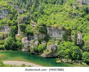 Pequeño pueblo francés de Castelbouc en las gargantas del Tarn en Francia