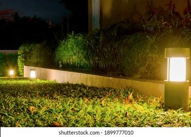 Petite Lumière Du Jardin, Lanternes Au Lit Fleur. Conception des jardins. Lampe À Alimentation Solaire.