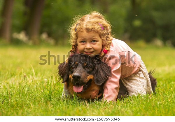 small-girl-dog-hovawart-grass-600w-15895