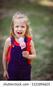 The small girl eatting ice cream