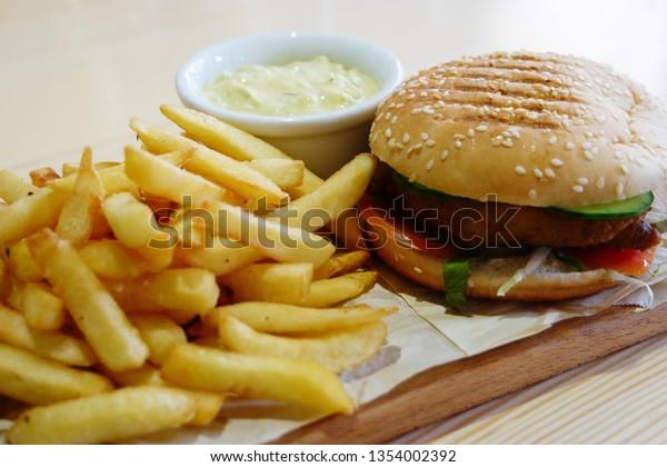 small-hamburger-french-fryes-bowl-600w-1