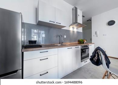 Cocina pequeña concepto de diseño interior moderno