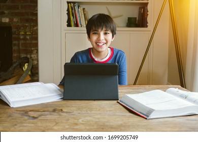 Kleine männliche Schülerinnen sind glücklich, wenn sie zu Hause in Quarantäne studieren - Bücher und Studien - Concept Study zu Hause