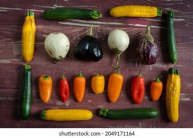 petits légumes méditerranéens du potager alignés et disposés sur des planches de bois