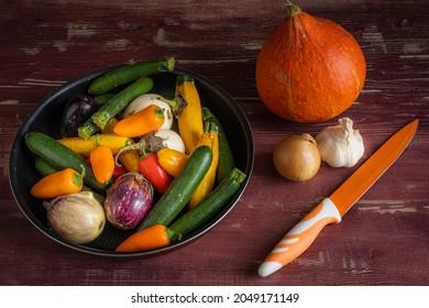 petits légumes méditerranéens dans une casserole avec un petit squash, de l'ail et des oignons