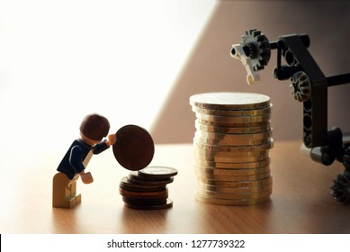 small money worker vs. big money machine symbol picture