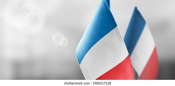 Petits drapeaux nationaux de la France sur fond flou clair