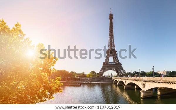 kleine Parisstraße mit Blick auf den berühmten Pariseifelturm an einem sonnigen Tag mit Sonnenschein