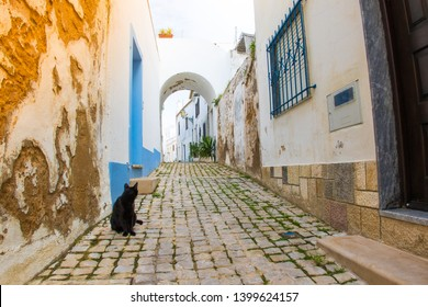 Small streets surrounded by white typical portugese houses