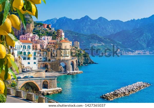 Petite ville d'Atrani sur la côte amalfitaine dans la province de Salerne, région de Campanie, Italie. La côte d'Amalfi, sur le golfe de Salerne, est une destination touristique prisée en Italie. Citrons jaunes mûrs au premier plan.