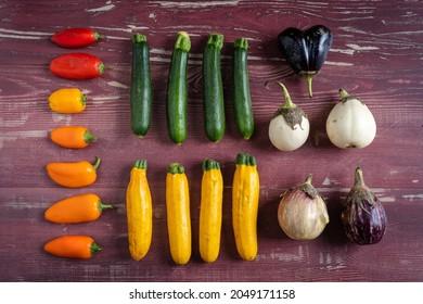 petits légumes du jardin alignés et disposés sur des planches de bois