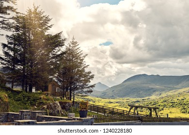 Small vintage cabin with a beautiful sunny view to the mountains. Ring of Kerry, Ireland.