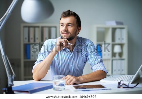 Empresário inteligente pensando em algo no escritório