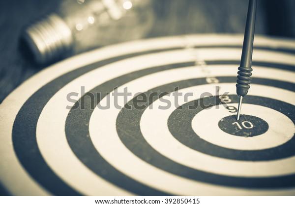 Ajuste de objetivos inteligente, dardo golpear el centro del tablero con bombilla en el fondo