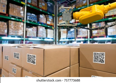 Intelligente Logistikindustrie 4.0 , QR Codes Asset Warehouse und Bestandsmanagement Supply Chain Technology Konzept. Gruppe von Boxen und Automation Roboter Arm Maschine im Lager.