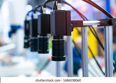 intelligenter Roboter in der Fertigungsindustrie für Industrie 4.0 und Technologiekonzept. Roboter-Vision-Sensor-Kamerasystem in der Intelligenzfabrik