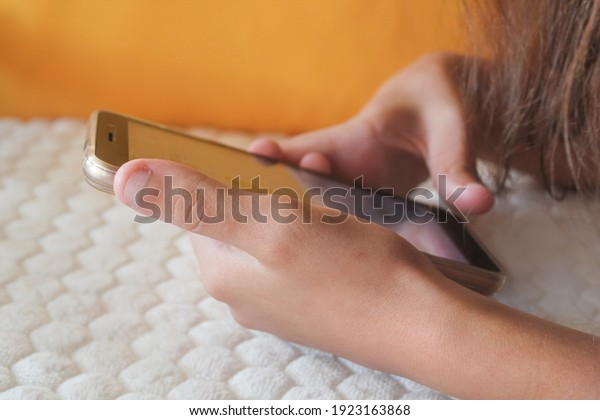 smartphone-hands-teenage-girl-dependence