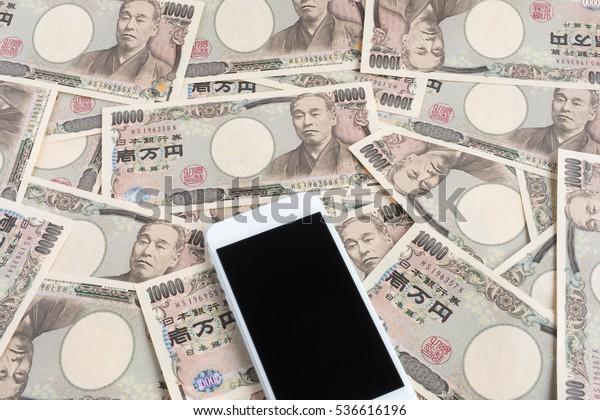 smartphone and Japanese money