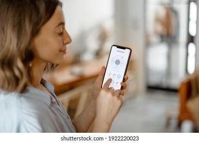Smartphone mit der Applikation für die Belüftung, Luftqualitätsüberwachung. Gesundheitsmikroklima zu Hause Konzept.