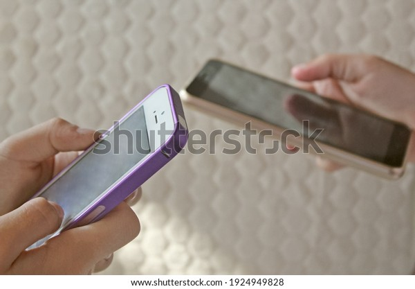 смартфоны-руки-подростки-девочки-зависимые