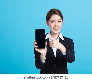 smiling asian business woman showing the smart phone