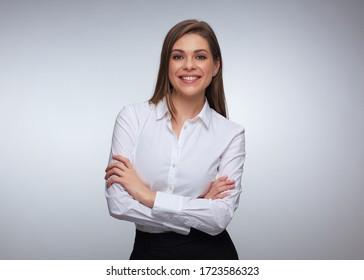 Lächelnde Geschäftsfrau posiert mit gefalteten Händen. Einzelne Studioporträts.