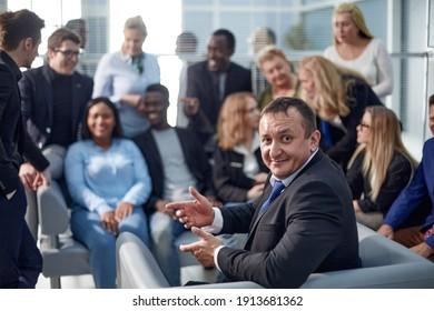 Lächelnder Geschäftsmann und sein großes internationales Geschäftsteam .