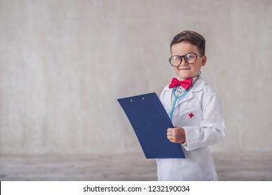 Lächelndes Kind mit Zwischenablage im Studio