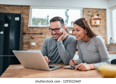d5db88afb7 Couple in Kitchen Using Laptop Images, Stock Photos & Vectors ...