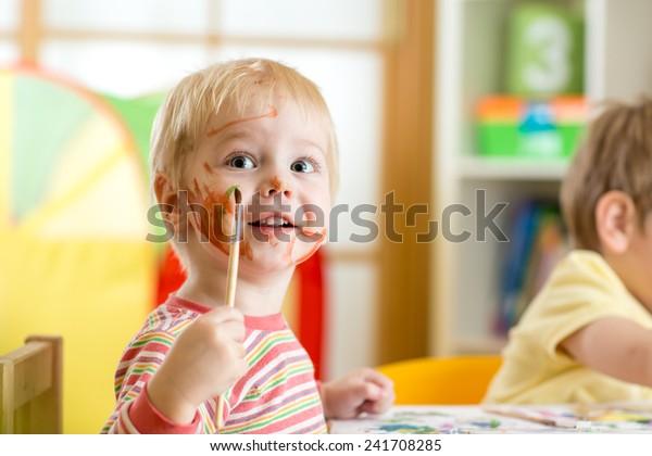 lächelnd süßer Junge Malerei zu Hause