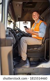 Lächelnder Fahrer sitzt in LKW-Mütze