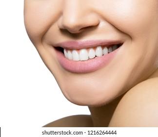 Lächle glückliche Frau. Lachen des weiblichen Mundes mit großartigen Zähnen auf weißem Hintergrund. Gesundes schönes Lächeln. Zähne Gesundheit, Weiß, Prothesen und Pflege.