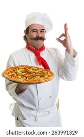 Chef italiano sorridente com uma pizza na mão