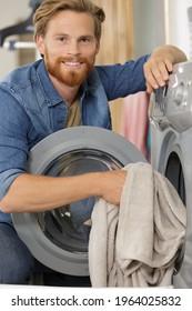 Lächelnde menschliche Waschmaschine