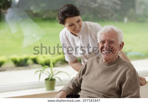 Lächelnder älterer Mann im Pflegeheim